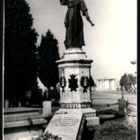 En la avenida central del cementerio, teniendo a sus espaldas la tumba monumental de Onésimo Redondo, se halla emplazado el panteón de vallisoletanos ilustres en el que descansan los restos de José Zorrilla