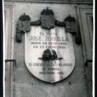 """Madrid: Lápida colocada en la fachada de la mansión de la calle de Santa Teresa donde vivió y murió el autor de """"Don Juan Tenorio""""."""