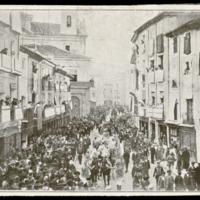 Reproducción de la fotografía del cortejo de la traslación de los restos de Zorrilla a Valladolid, a su paso por la calle de las Angustias