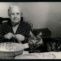 """Doña Blanca Arimón Pacheco comparte sus horas de intimidad hogareña entre las labores femeniles y le da mimos a su hermoso gato """"Pichi"""""""